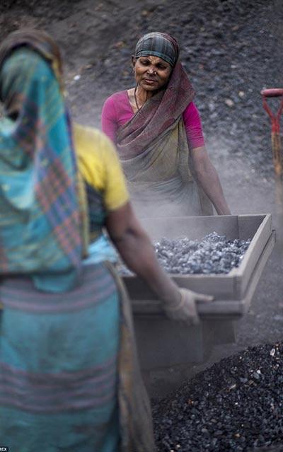 """Cảnh lao động """"khổ sai"""" của phụ nữ nơi mỏ than"""