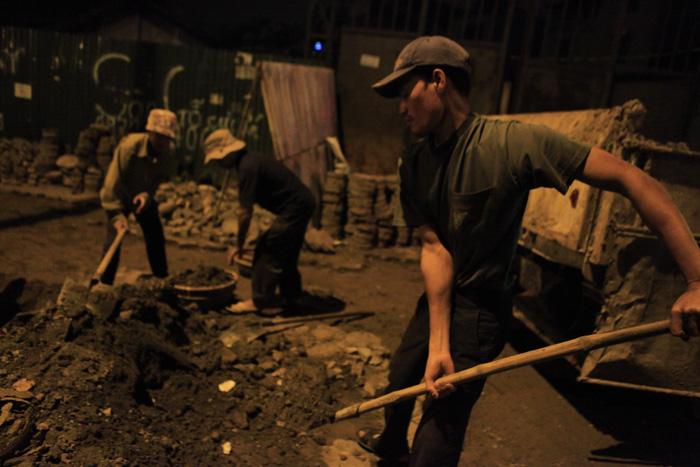 Những người đổ mồ hôi giữa đêm đông lạnh buốt của Hà Nội
