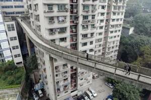 Cầu đi bộ cao 40 mét bắc từ… tầng 13 của tòa nhà chung cư