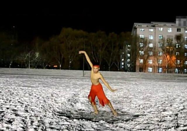 Chàng trai cởi trần nhảy dưới tuyết mừng sinh nhật bạn gái