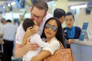 Chồng Đoan Trang liên tục hôn con gái ở sân bay