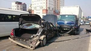 Hà Nội: Xe tải đâm nát xế hộp ở đường trên cao