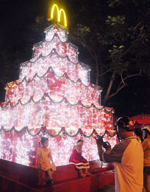 """Ngắm những cây thông """"khủng"""" nhất mùa Giáng sinh 2014 - 3"""