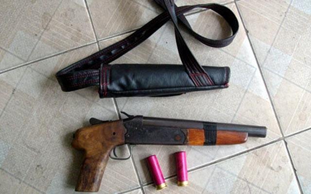 Vác súng hoa cải tới tận nhà bắn 2 người bị thương - 1
