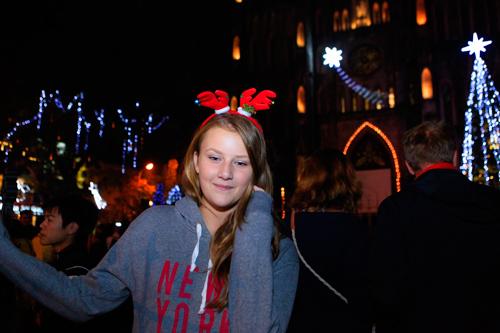 Thiếu nữ Pháp thích thú  đón Noel ở Hà Nội