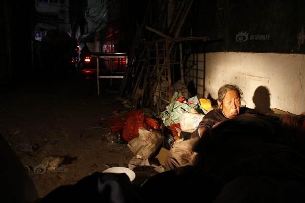 Rớt nước mắt người mẹ 88 tuổi ngủ ngoài đường tìm con gái