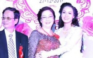 """Nhật Kim Anh """"lấy lòng"""" mẹ chồng trong lễ cưới"""