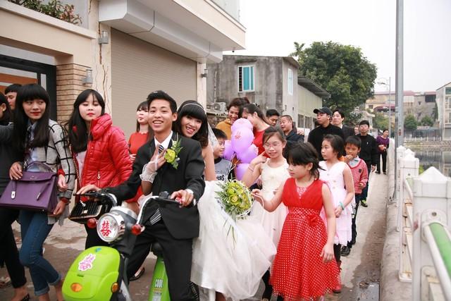 Thích thú màn rước dâu bằng xe đạp điện