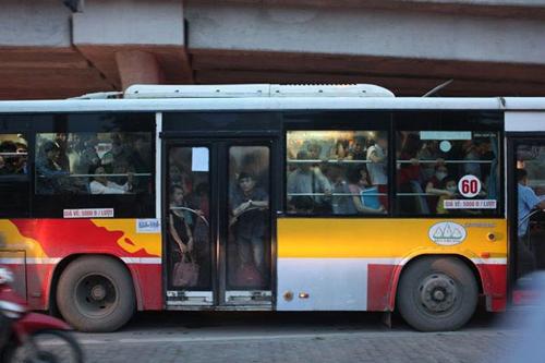 """""""Quấy rối"""" trên xe buýt: Lỗi tại """"hớ hênh""""? - 4"""