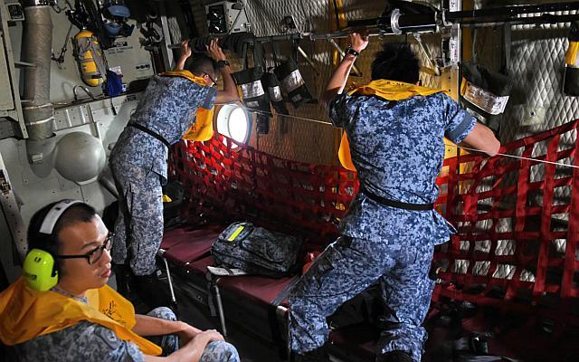 Đã tìm thấy xác QZ8501 lật ngược dưới đáy biển - 1