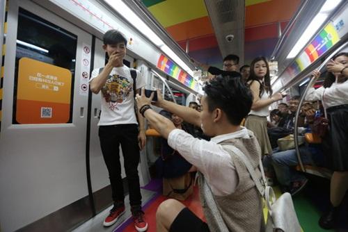 Xôn xao màn cầu hôn trên tàu điện ngầm của cặp đôi đồng tính nam - 1
