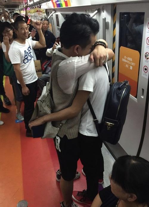 Xôn xao màn cầu hôn trên tàu điện ngầm của cặp đôi đồng tính nam - 2