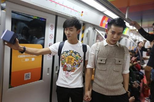 Xôn xao màn cầu hôn trên tàu điện ngầm của cặp đôi đồng tính nam - 3