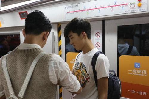 Xôn xao màn cầu hôn trên tàu điện ngầm của cặp đôi đồng tính nam - 4