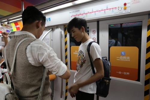 Xôn xao màn cầu hôn trên tàu điện ngầm của cặp đôi đồng tính nam - 5