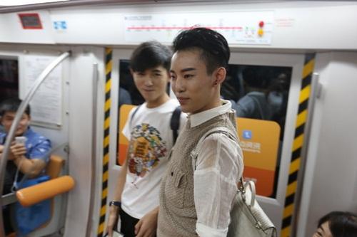 Xôn xao màn cầu hôn trên tàu điện ngầm của cặp đôi đồng tính nam - 6