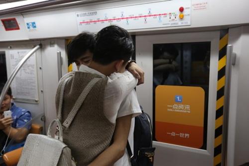 Xôn xao màn cầu hôn trên tàu điện ngầm của cặp đôi đồng tính nam - 7