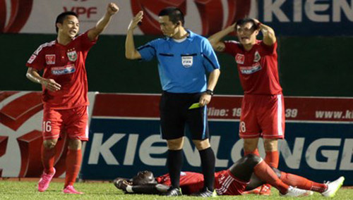 Khi cầu thủ Việt chưa thể tự bảo vệ - 1