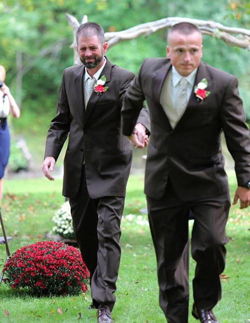 Bố đẻ và bố dượng nắm tay trong ngày cưới con gái - 1