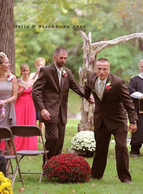 Bố đẻ và bố dượng nắm tay trong ngày cưới con gái - 3