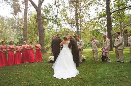 Bố đẻ và bố dượng nắm tay trong ngày cưới con gái - 2