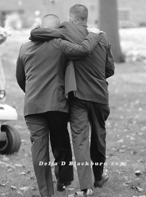 Bố đẻ và bố dượng nắm tay trong ngày cưới con gái - 4