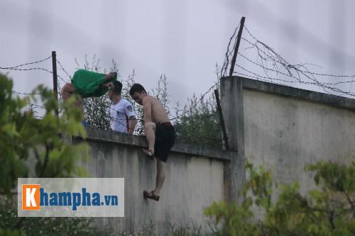 CĐV trèo rào vào sân chụp hình cùng Công Phượng - 3