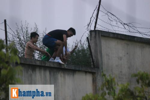 CĐV trèo rào vào sân chụp hình cùng Công Phượng - 4