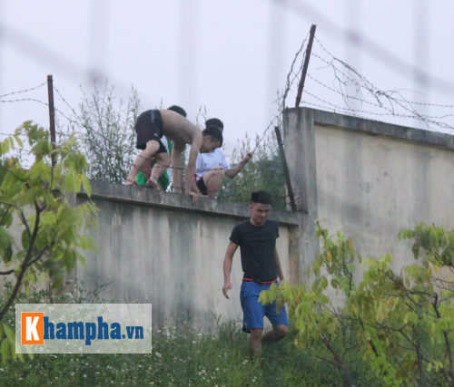 CĐV trèo rào vào sân chụp hình cùng Công Phượng - 5