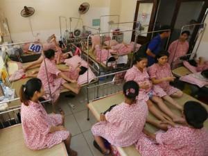 Tin tức trong ngày - Sản phụ sốt ruột chờ mổ, bác sĩ không được tắm vì mất nước