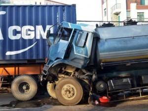 Tin tức trong ngày - Xe bồn chở xăng đâm container, dân tháo chạy vì sợ nổ