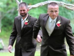 Giới trẻ - Bố đẻ và bố dượng nắm tay trong ngày cưới con gái