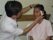 Sức khỏe đời sống - Mổ gắp viên đạn xuyên từ cổ vào gần cột sống bé gái 13 tuổi