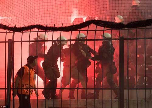Cảnh sát Hy Lạp thẳng tay trấn áp CĐV Dortmund - 1