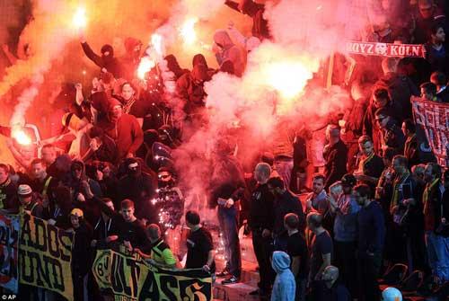 Cảnh sát Hy Lạp thẳng tay trấn áp CĐV Dortmund - 2