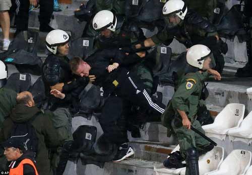 Cảnh sát Hy Lạp thẳng tay trấn áp CĐV Dortmund - 3