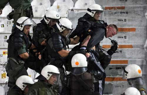 Cảnh sát Hy Lạp thẳng tay trấn áp CĐV Dortmund - 4