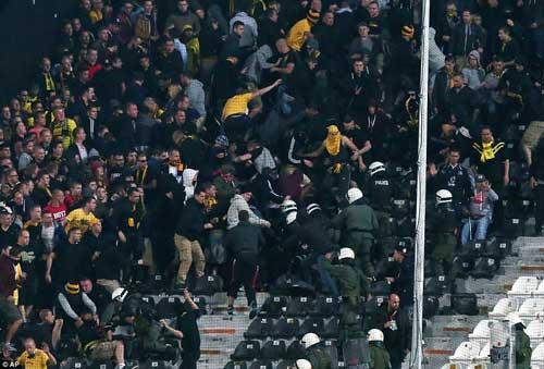 Cảnh sát Hy Lạp thẳng tay trấn áp CĐV Dortmund - 6