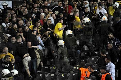 Cảnh sát Hy Lạp thẳng tay trấn áp CĐV Dortmund - 7