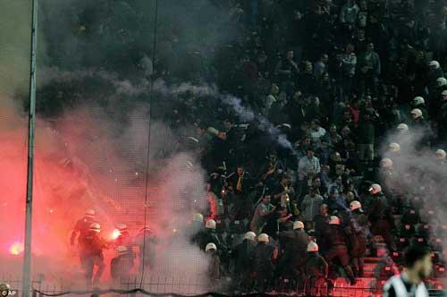 Cảnh sát Hy Lạp thẳng tay trấn áp CĐV Dortmund - 5