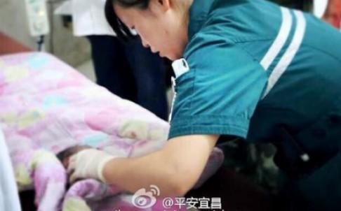 Giải cứu bé sơ sinh TQ mắc kẹt trong nhà vệ sinh - 1