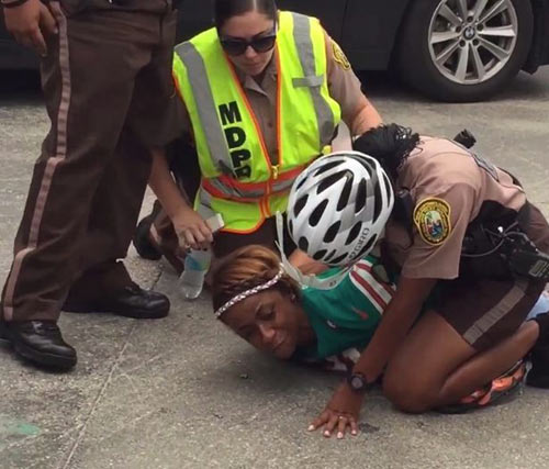 Vợ SAO rugby bị tóm vì đánh cảnh sát để vào sân - 1