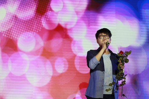 Đức Phúc e thẹn khi nhận hoa hồng từ fan - 1