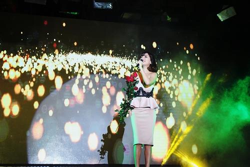 Đức Phúc e thẹn khi nhận hoa hồng từ fan - 4