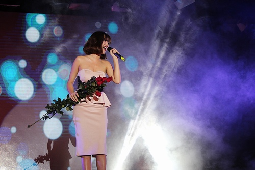 Đức Phúc e thẹn khi nhận hoa hồng từ fan - 5