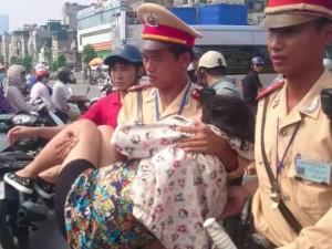 Tin tức trong ngày - CSGT bế bà bầu gặp tai nạn, cấp tốc đưa đi viện