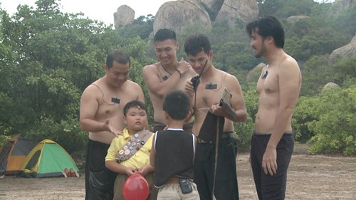 """Video: Xuân Bắc đọ cơ bắp cùng """"ông bố đại gia"""" - 1"""