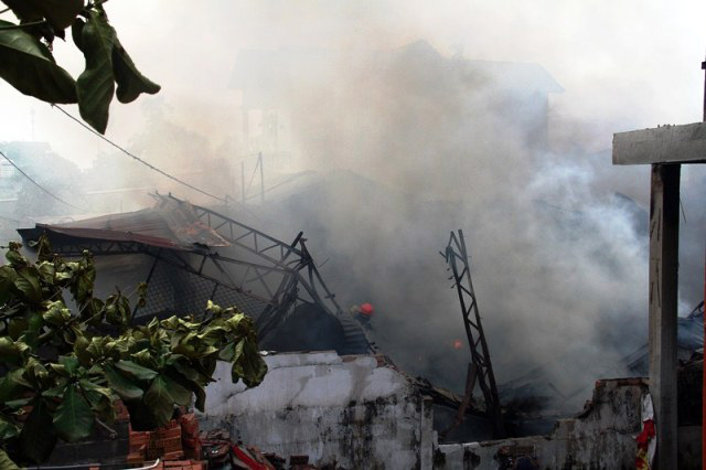 TP.HCM: Cháy lớn, thiêu rụi công ty may - 2