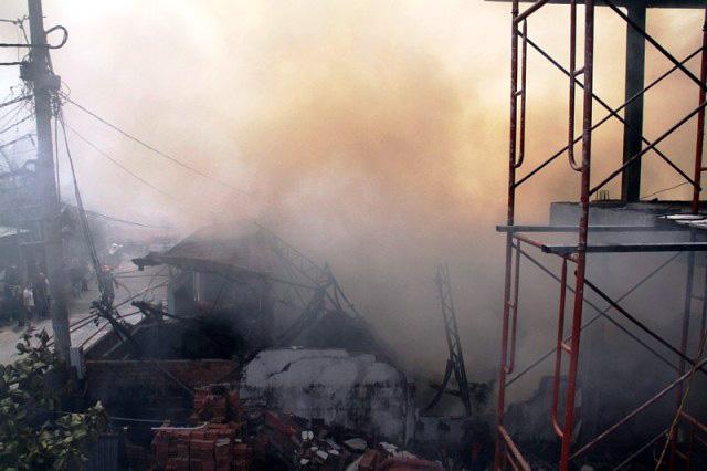 TP.HCM: Cháy lớn, thiêu rụi công ty may - 1