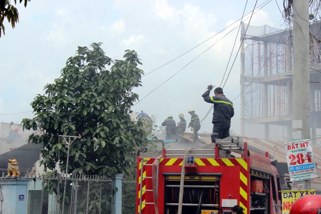 TP.HCM: Cháy lớn, thiêu rụi công ty may - 4